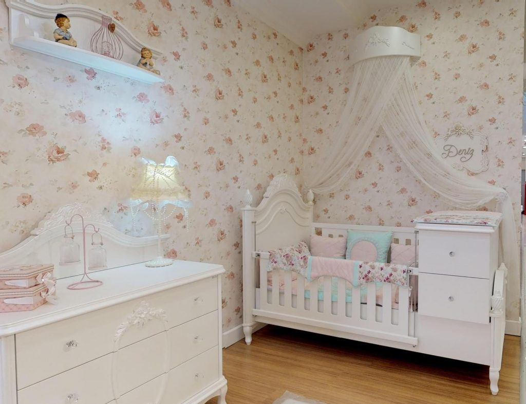 bebek odasi takiminda sicak tonlar